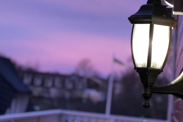 Lykta med en vacker rosa kvällshimmel utanför Terapistudions mottagning i Huddinge.